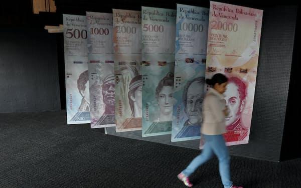 ベネズエラ中央銀行に飾られた紙幣(18年1月、カラカス)=ロイター