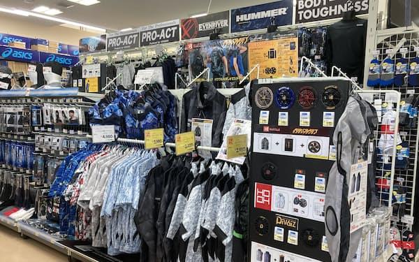 コーナン商事ではデザイン製の高い小型ファン付き作業服の販売が急増している(大阪府吹田市の店舗)