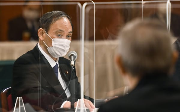 被爆者団体から要望を聞く菅首相(6日、広島市)=共同