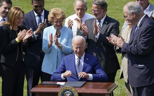 バイデン大統領は自動車業界の関係者を集めて大統領令に署名した=AP