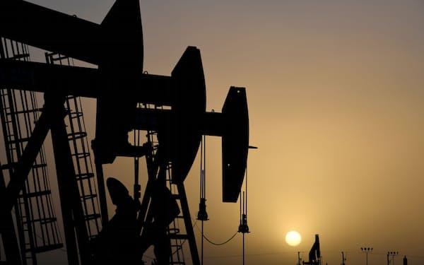 金属・エネルギー資源の価格が高止まりしている(米テキサス州の油田)=ロイター