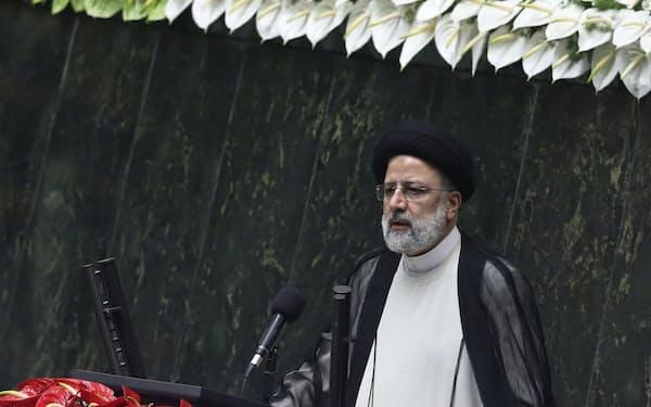 イラン国会で演説するライシ新大統領(8月5日)=AP