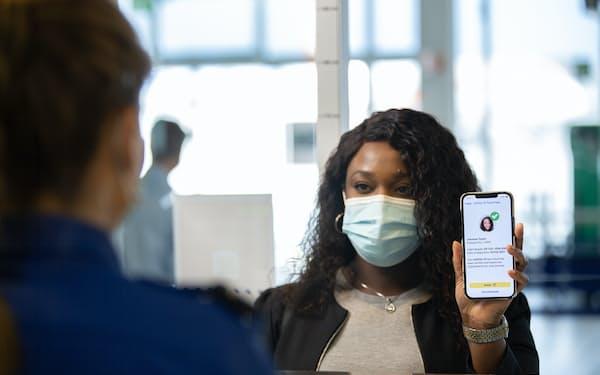 スマホアプリにPCR検査の陰性やワクチンの接種履歴を導入するデジタル証明の導入が急がれる