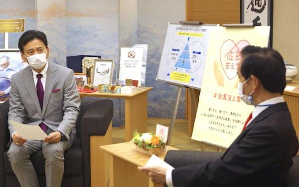 佐賀県庁で与党検討委の山本委員長㊨と面談する山口知事(6月22日)=共同
