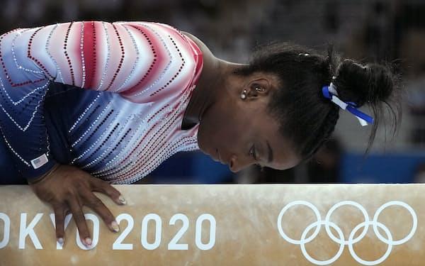 体操の女王バイルスはメンタルの不調を訴え、団体決勝、個人総合決勝などで演技を断念した=AP