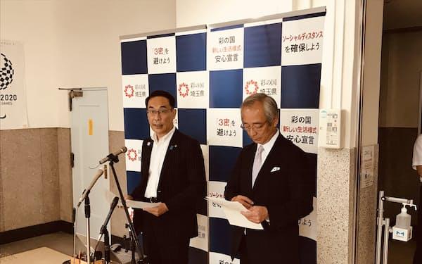 報道陣の質問に答える埼玉県の大野元裕知事(左、6日、埼玉県庁)
