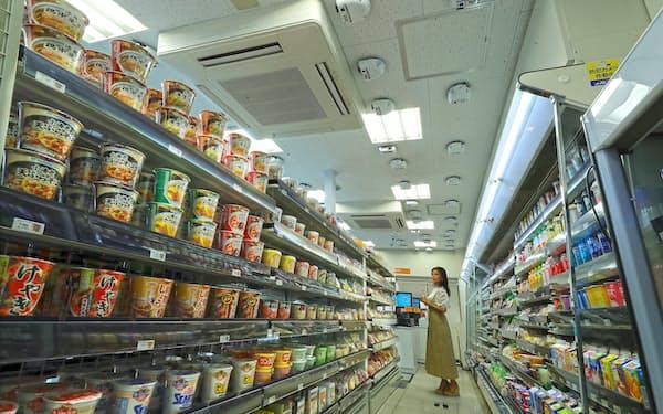 西武鉄道が導入する無人決済コンビニ。天井のセンサーカメラで客と手に取った商品を認識するので、商品のスキャンは不要に(6日、東京都新宿区のトモニー中井駅店)