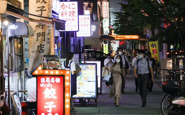 マスク姿の人たちが行き交う飲食店街(5日、名古屋市中区)