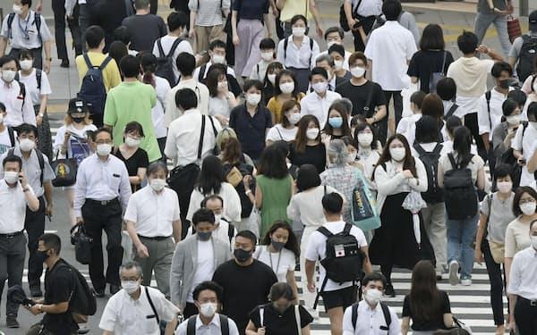 東京・新宿を歩く大勢の人たち(5日)=共同