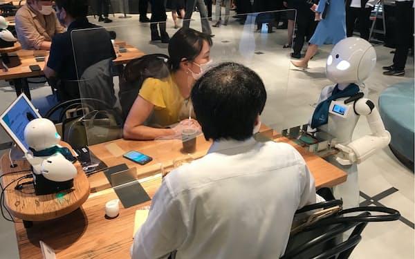 店内では障害者が遠隔操作するロボット「オリヒメ」が配膳や接客をする(東京・日本橋)