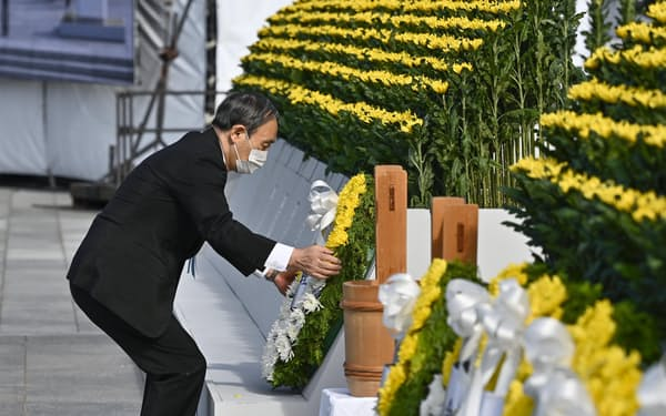 原爆慰霊碑に献花する菅首相(6日午前8時9分、広島市の平和記念公園)=共同
