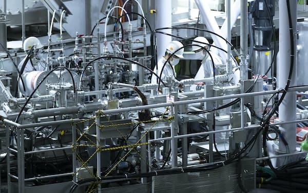 核融合実験炉「JT-60SA」で作業をする職員ら(12月2日、茨城県那珂市の那珂核融合研究所)