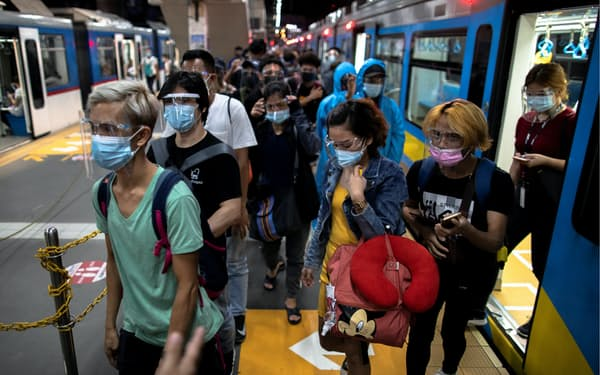 フィリピンではマスクを積極的に着ける人が増えた(1月下旬、マニラ)=ロイター