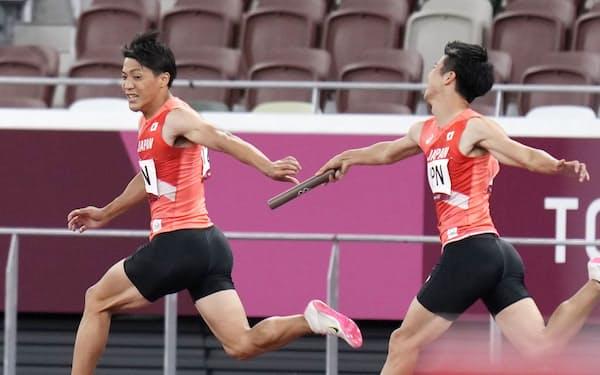 男子400メートルリレー決勝、第1走者の多田修平(右)から第2走者の山県亮太へリレーで失敗=共同