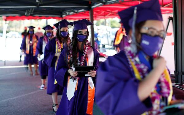 コロナ禍での卒業式(20年6月、米カリフォルニア州)=ロイター