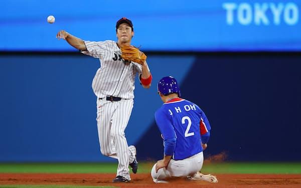 東京五輪野球準決勝の韓国船で守備につく山田哲人選手(4日)=ロイター