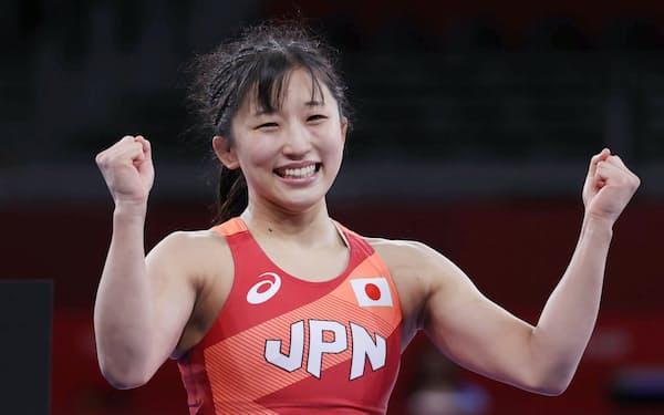 金メダルを獲得しガッツポーズする須崎