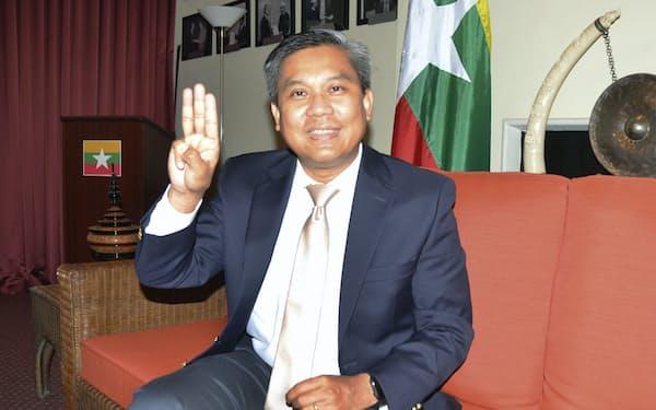 独裁への抵抗を示す3本指を掲げるミャンマーのチョー・モー・トゥン国連大使=6月、米ニューヨーク(共同)