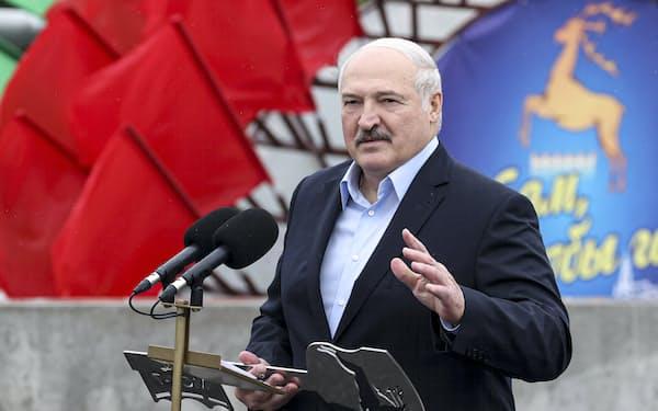 8月6日、ネマン川にかかる橋の開通式で演説し、欧米への強硬姿勢を誇示したルカシェンコ大統領=AP