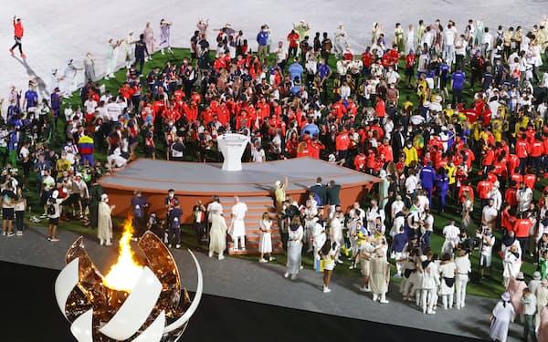 東京五輪の閉会式に参加した各国選手団(8日、東京都新宿区の国立競技場)