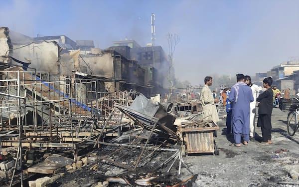 8日、アフガニスタン北部クンドゥズで、タリバンと治安部隊の戦闘により被害を受けた店舗(AP=共同)