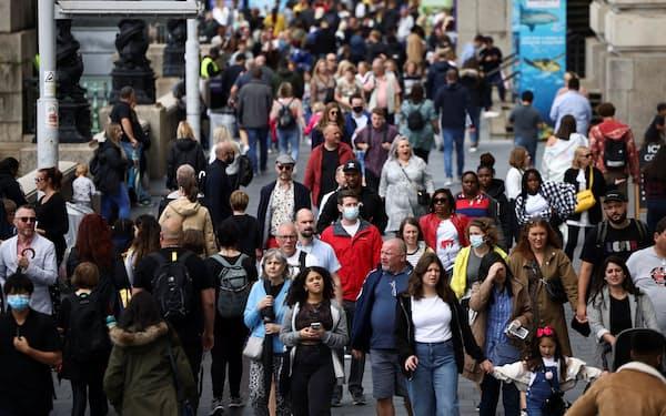 コロナ規制が解除され、マスクをする人は減った(7日、ロンドン)=ロイター