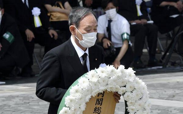 長崎原爆犠牲者慰霊平和祈念式典で献花する菅首相=9日午前、長崎市の平和公園(代表撮影)