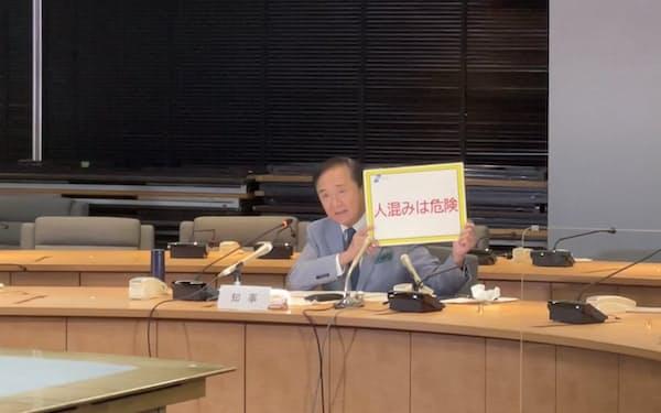 神奈川県の黒岩祐治知事は感染の急拡大を受け人流抑制を訴えた(9日、県庁)