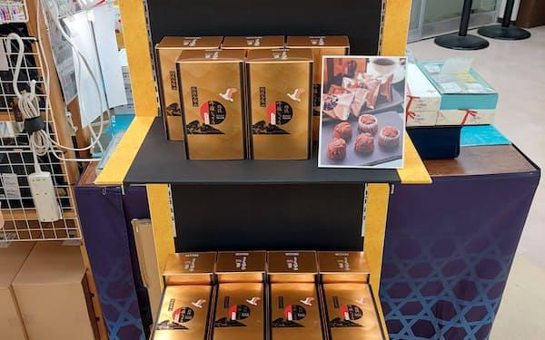 佐渡汽船の土産物店に並ぶ「佐渡吟醸ショコラ」(新潟市)