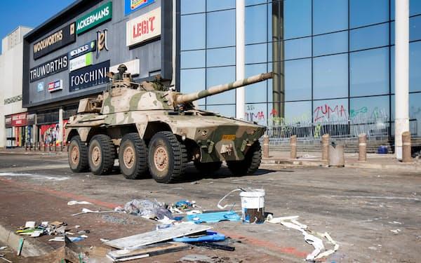 暴動の鎮圧には軍が動員された(7月16日、ダーバン)=ロイター