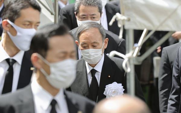 長崎原爆犠牲者慰霊平和祈念式典の会場に入る菅首相(9日、長崎市)=代表撮影