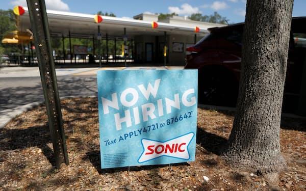 飲食店では求人の看板が目立つ(6月、米フロリダ州)