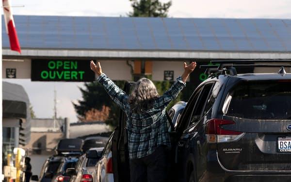 米カナダ間の国境にはカナダへの入国を待つ車の長蛇の列ができた(9日、ワシントン州)=ロイター