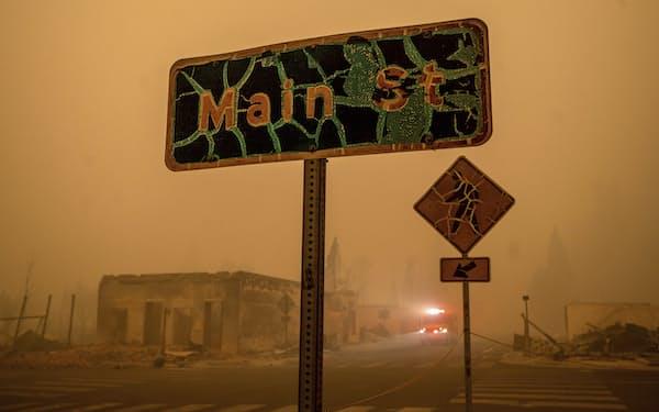 山火事によって歴史的な町並みが焼失したグリーンビルの中心部(6日、カリフォルニア州北部)=AP