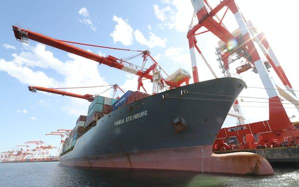 2021年上半期の国際収支は、貿易収支の黒字転換などで前年同期比50%増だった(大井埠頭に接岸するコンテナ船)