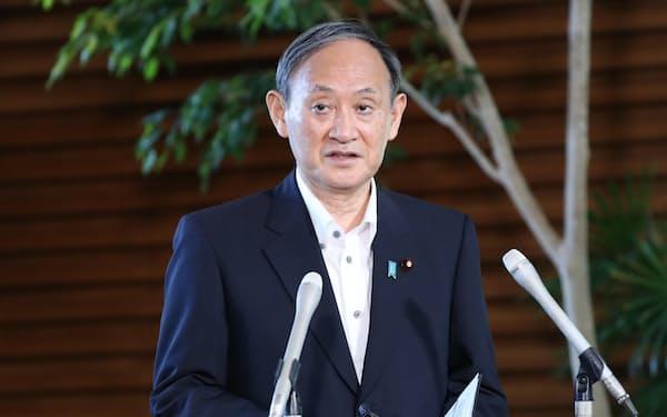 バイデン米大統領との電話協議後、報道陣の質問に答える菅首相(10日午前、首相官邸)
