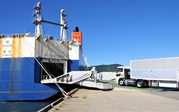 トレーラーが坂出港に就航したRORO船に乗り込む(7日、坂出港で)