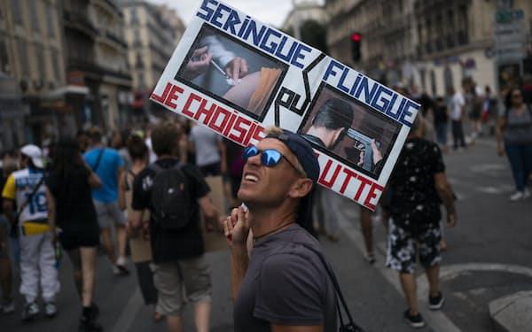 ワクチン接種証明の活用に抗議する男性(7日、仏マルセイユ)=AP