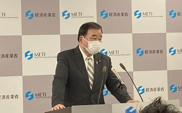 記者会見する梶山弘志経済産業相(10日)