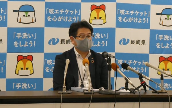 IR設置運営の優先交渉権者を発表する、長崎県の担当者(10日、県庁)