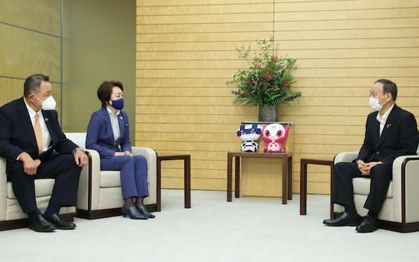 (左から)JOCの山下泰裕会長、東京五輪大会組織委の橋本聖子会長と会談する菅首相(10日、首相官邸)