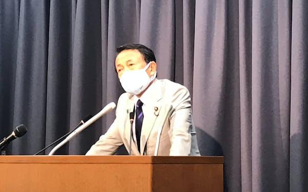記者会見する麻生財務相(10日、財務省)