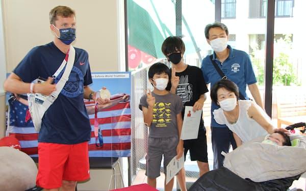 世田谷区の支援センター開所日には米国の五輪代表選手と医療的ケア児らの交流会が開かれた(3日)