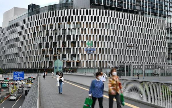 20日から食料品売り場の営業を再開する阪神梅田本店(大阪市北区)