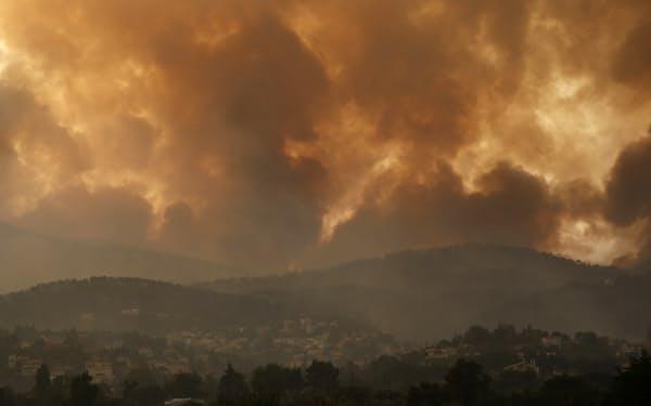 温暖化が関係するとみられる熱波が増えている(ギリシャの山火事 =AP)