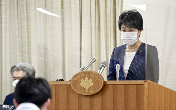 名古屋入管の施設でスリランカ人女性が死亡した問題を巡る調査報告書について、記者会見で話す上川法相(10日、法務省)=共同