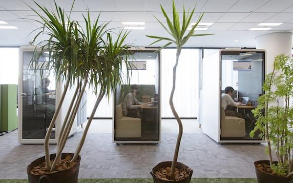 ネット通販のアスクルは4月にオフィスを刷新した。完全個室型ブースを導入している