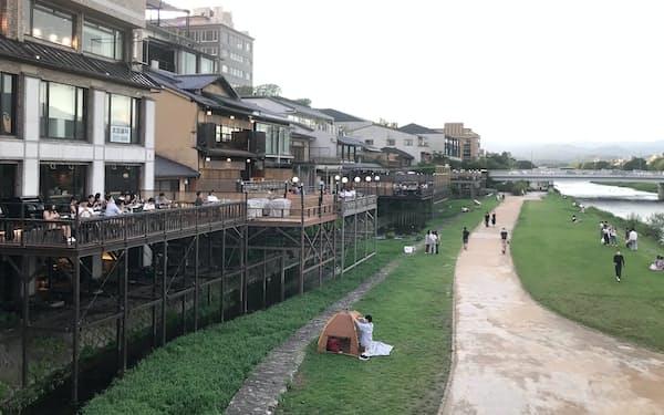 「鴨川納涼床」も例年のにぎわいは見られない(10日、京都市)