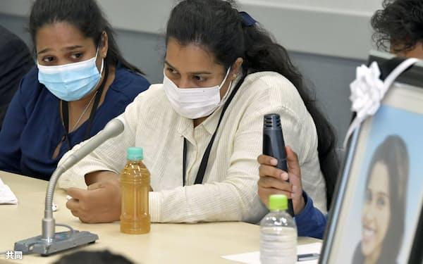 名古屋入管に収容されたスリランカ人女性が死亡した問題の調査報告書の公開を受け、記者会見する2人の妹(10日午後、国会)=共同