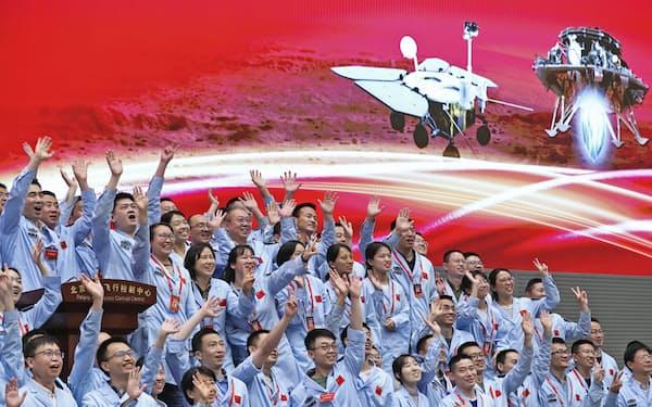 無人探査機「天問1号」の火星への軟着陸成功を喜ぶ中国の技術者たち(5月、北京)=新華社・共同